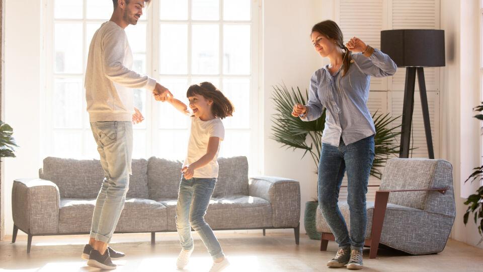 Sport Familie tanzt im Wohnzimmer - Auch Kinder brauchen Bewegung. Also Lieblingsmusik einschalten und alle tanzen mit. - © Shutterstock