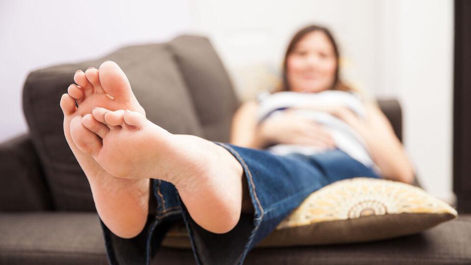 Schwanger Füße - Viele Schwangere leiden unter geschwollenen Füßen. Sie sollten viel Wasser trinken und die Beine hochlegen. - © Shutterstock