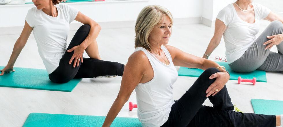Stretching Yoga Pilates Sport - Durch regelmäßigen Sport und einen gesunden Ernährungsplan kann Cellulite reduziert werden. - © Shutterstock