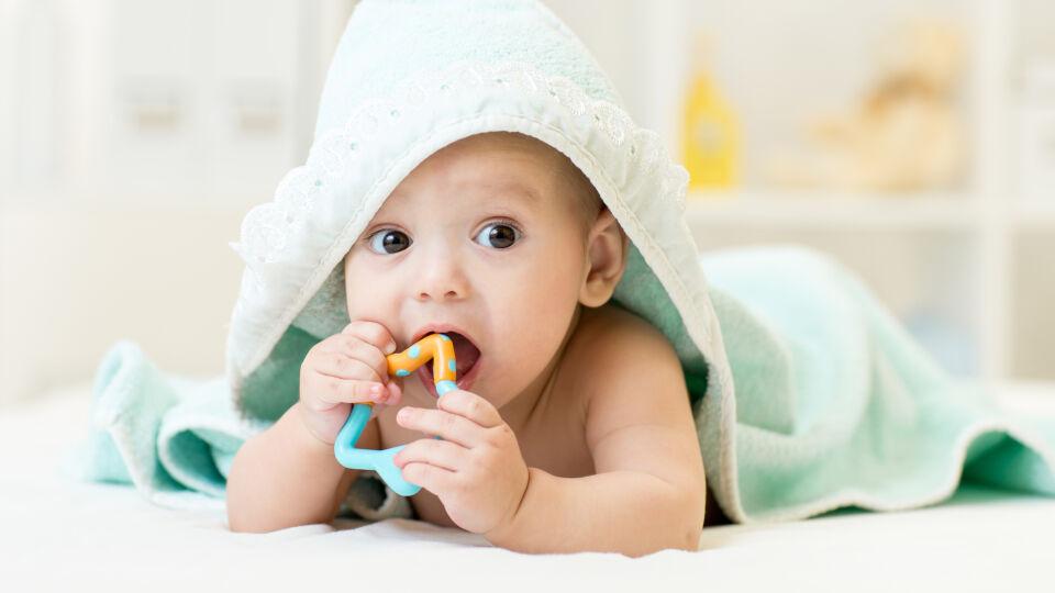 Baby Beißring erste Zähne - Beißringe bringen Linderung – am besten vorher in den Kühlschrank legen (aber nicht ins Tiefkühlfach). - © Shutterstock