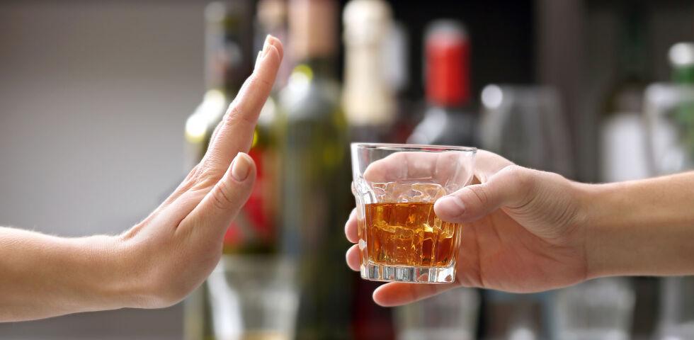 Alkohol - Alkoholkranke sind körperlich und seelisch abhängig. Die Therapie muss individuell gestaltet werden. - © Shutterstock