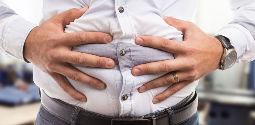 Mann Bauch Blähungen Völlegefühl - Die folgenden Nahrungsmittel schaffen Abhilfe bei übel riechenden Blähungen:Erdäpfel, Bananen, Hülsenfrüchte, Getreide, Weizen, Artischocken und Spargel. - © Shutterstock