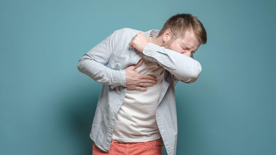 Niesen Armbeuge Hygiene - Wer kein Taschentuch zur Hand hat, sollte zumindest in die Armbeuge niesen. - © Shutterstock