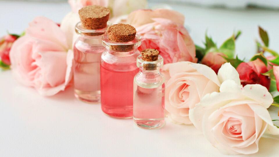 Ätherische Öle 2 - Der zarte Duft von Rosenöl wirkt positiv auf die menschliche Psyche. Wir fühlen uns entspannter und ausgeglichener. - © Shutterstock