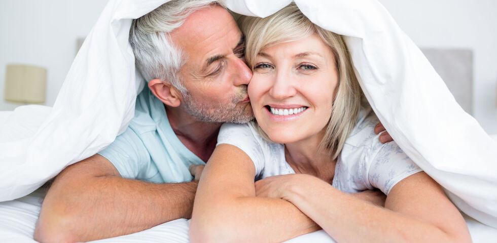 """Paar Senior - Sex über 60 ist tabu, zumindest für viele, die unter 60 sind. Spätestens seit dem Buch """"Nacktbadestrand"""" von Elfriede Vavrik wissen wir aber, dass auch ältere Menschen Lust auf Sex haben. - © Shutterstock"""