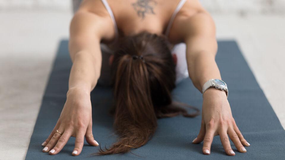 Frau beim Yoga Entspannung - Yoga ist und bleibt beliebt – es hält nicht nur fit, sondern hat auch einen entspannenden Effekt. - © Shutterstock