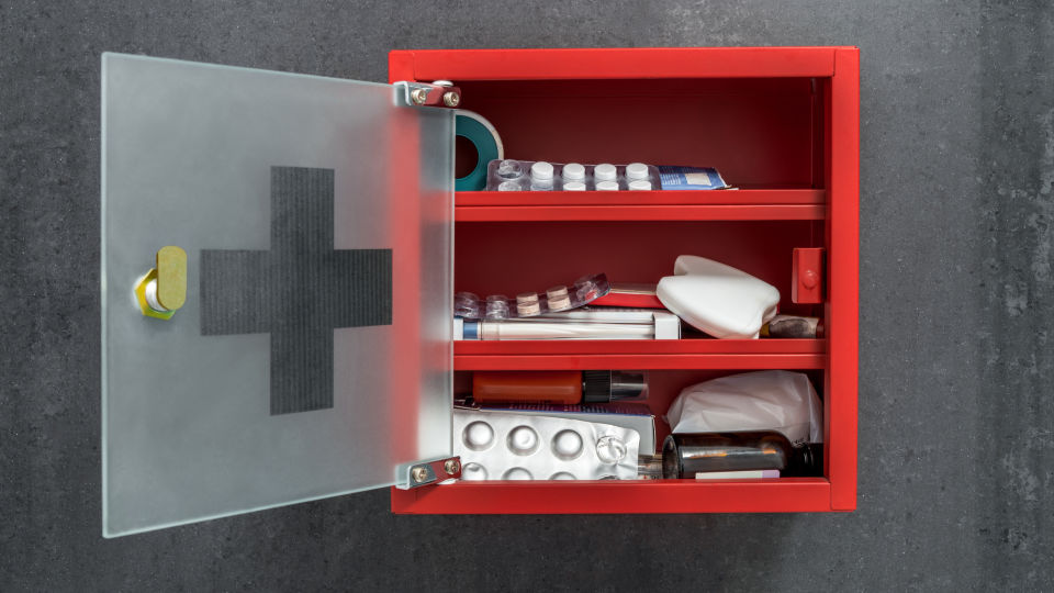 Medikamente im Arzneischrank 2 - Wo bewahrt man am besten seine Medikamente auf? Ein Arzneischrank ist ideal. - © Shutterstock