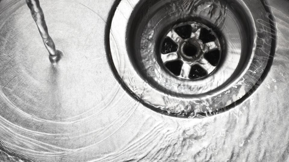 Waschbecken Abfluss - Arzneimittel gehören nicht in den Abfluss. - © Shutterstock