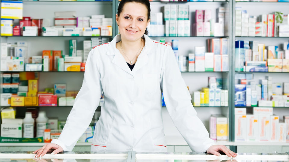Apothekerin - In der Apotheke erhalten Sie fachkundige Informationen rund um das Thema Arzneimittel. - © Shutterstock