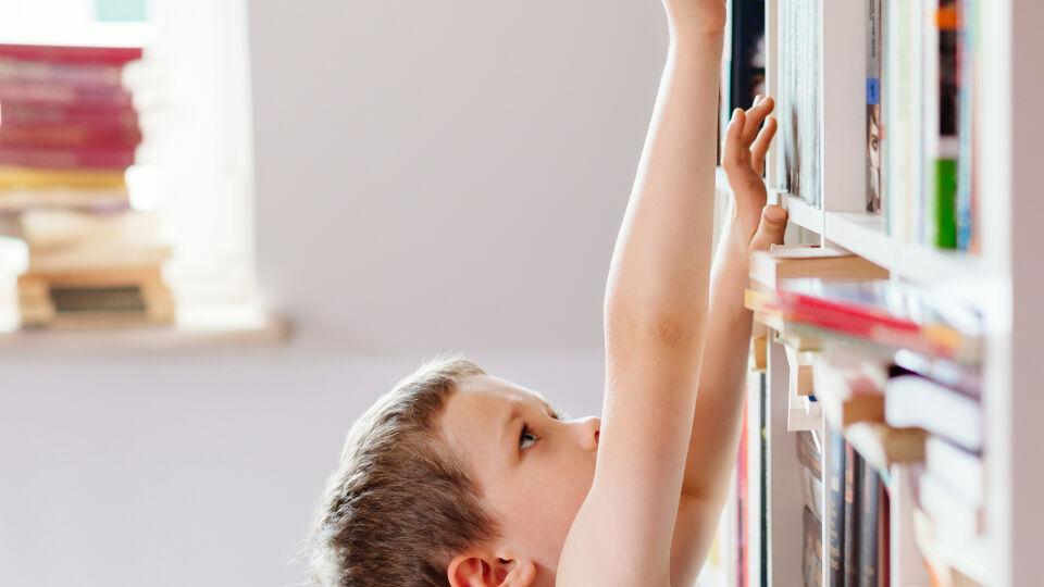 Außer Reichweite Kind - Kinder sollten keinen Zugang zu Arzneimitteln haben. - © Shutterstock