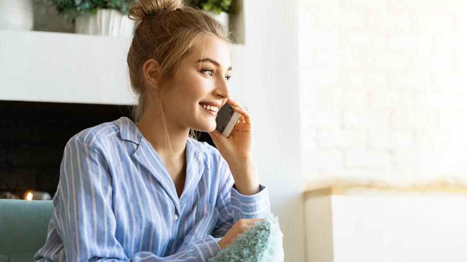 Junge Frau telefoniert Kommunikation sozial - Freunde und Familie können einen anspornen. - © Shutterstock