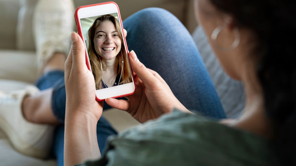 Telefonieren mit Freundin Videotelefonie Kommunikation sozial - Wenn der Sportpartner nicht physisch anwesend sein kann, holen wir ihn eben digital dazu. - © Shutterstock