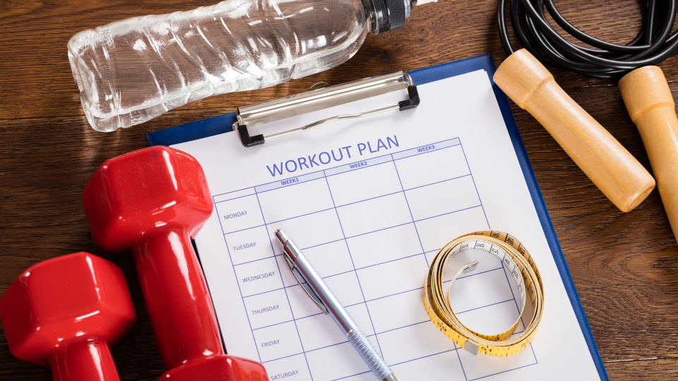 Sportziele planen - Ist das Trainingsziel auch schaffbar? Sie können sich einen Übungsplan mit kleineren Teilzielen überlegen, um den Überblick zu behalten. Pluspunkt: Mit jedem erreichten Mini-Ziel steigt die Motivation. - © Shutterstock