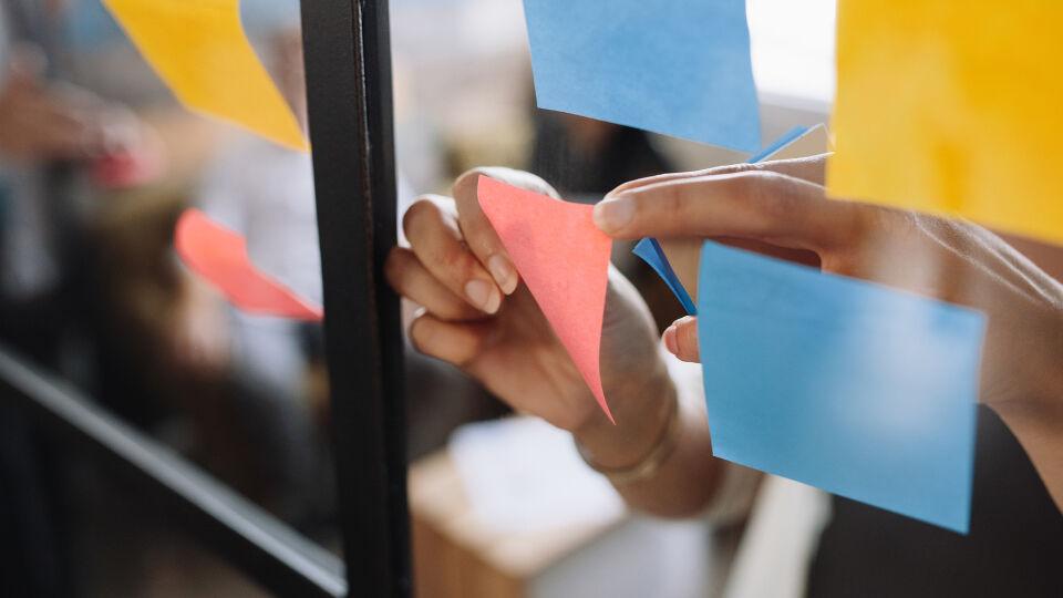 Heftnotizen Erinnerung an Erledigung oder Ziel - Verteilen Sie Klebezettel in verschiedenen Räumen. Neben Tages-Challenges können auch motivierende Worte auf den Post-Its stehen. - © Shutterstock