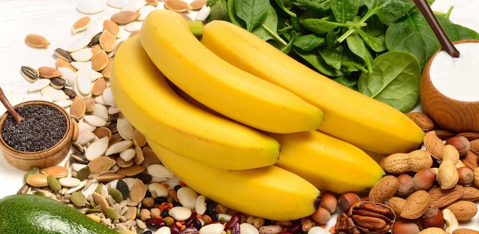 Ernährung Magnesium - Magnesium steckt u.a. in Nüssen, Bananen und in Gemüse wie Spinat. - © Shutterstock