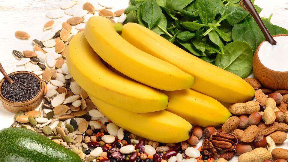 Ernährung Magnesium - Magnesium steckt zum Beispiel in Nüssen, Bananen, Milch- und Milchprodukten. - © Shutterstock