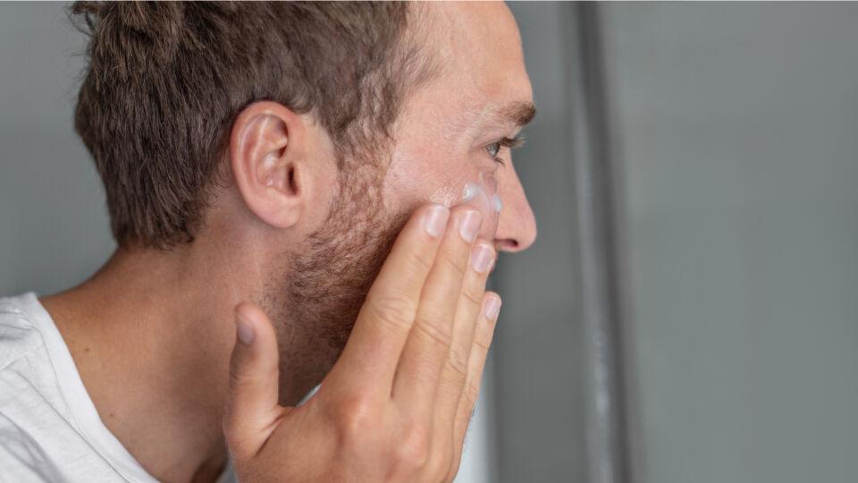 Mann benutzt Gesichtscreme Kosmetik - Ab 40 kann man bereits zur Anti-Age-Pflege greifen, um vorzeitiger Hautalterung vorzubeugen. - © Shutterstock