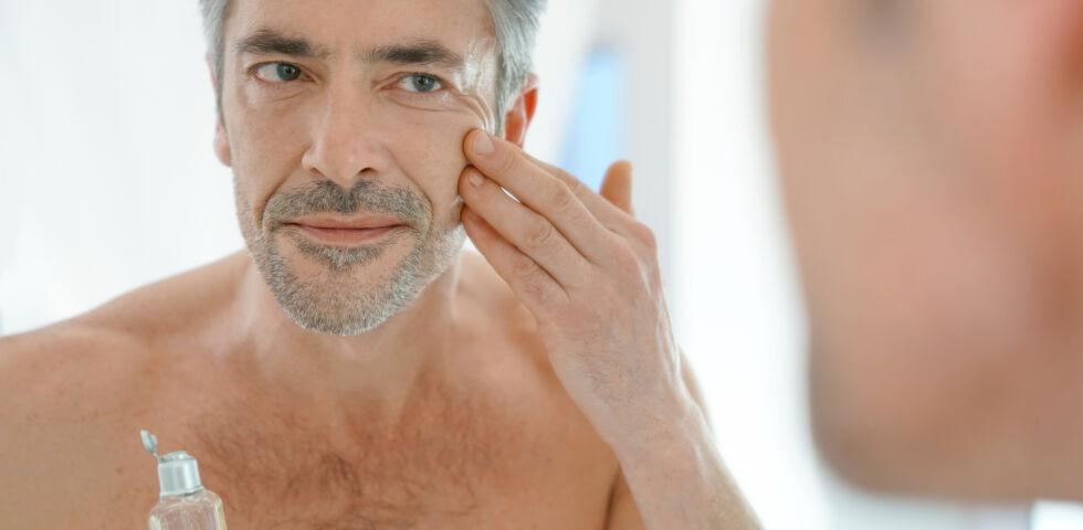 Mann benutzt Gesichtscreme Kosmetik - Auch Männerhaut braucht Pflege. - © Shutterstock