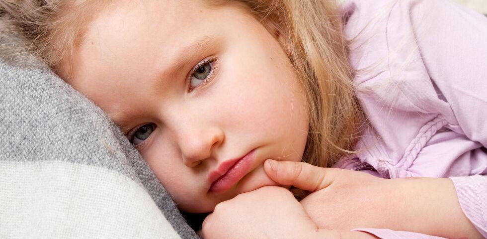 Kind krank - Gerade bei kranken Kindern tendiert man zu natürlichen Hilfsmitteln, doch nicht jede Heilpflanze ist für unsere Kleinen geeignet. - © Shutterstock
