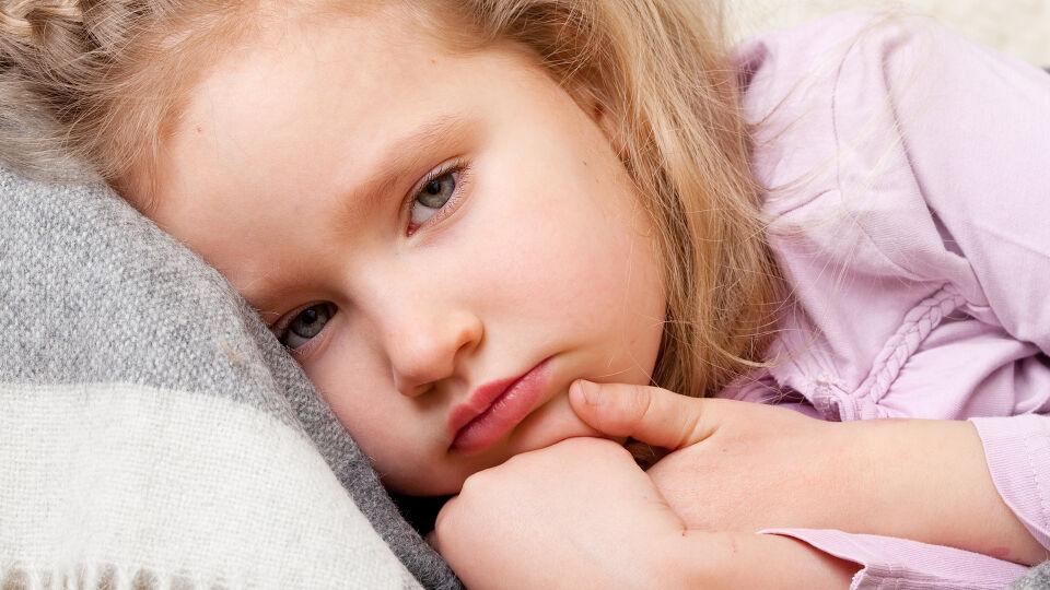 Kind krank - Schenken Sie Ihren Kindern während einer Erkältung viel Zuwendung. Besonders, wenn die Kleinen geschwächt sind, brauchen sie viel Aufmerksamkeit und Nähe. - © Shutterstock