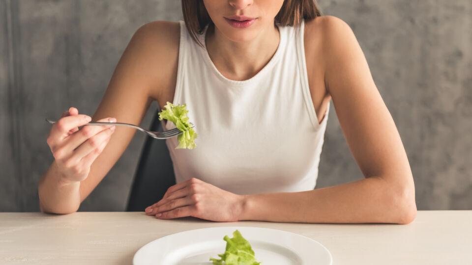 Essstörung Magersucht - Magersucht tritt gehäuft im Alter von zehn bis 25 Jahren auf. Es sind nicht nur Frauen betroffen, sondern immer häufiger auch Männer. - © Shutterstock