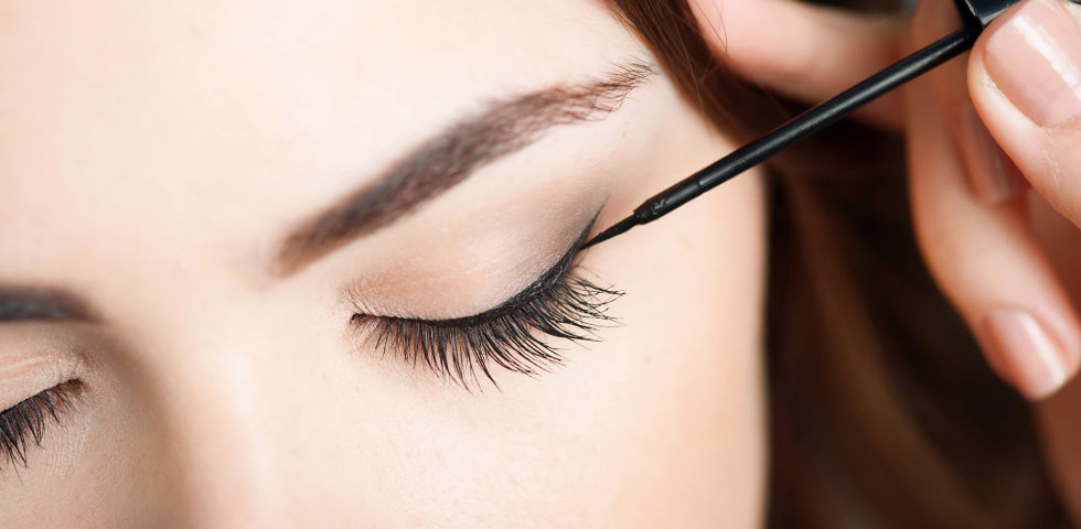 Eyeliner Kosmetik - Der Lidstrich sollte auf die Form der Augen abgestimmt sein. - © Shutterstock