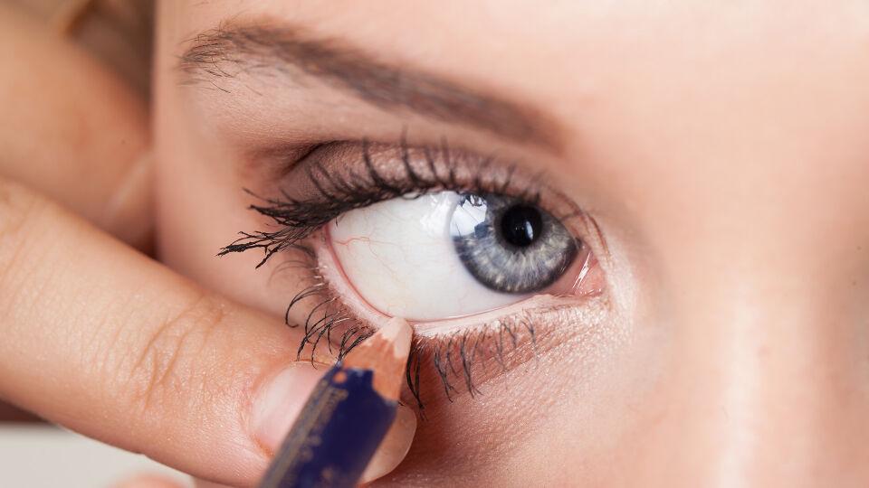 Eyeliner Kosmetik - Eine helle Kontur eignet sich zum Beispiel bei kleinen oder geröteten Augen. - © Shutterstock