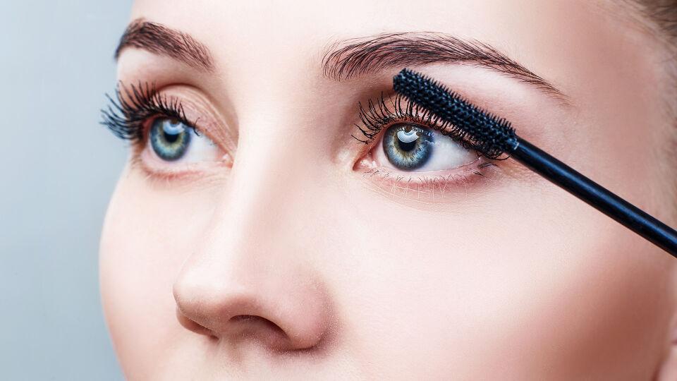 Mascara Kosmetik - Wimperntusche sorgt für einen ausdrucksstarken Augenaufschlag. - © Shutterstock