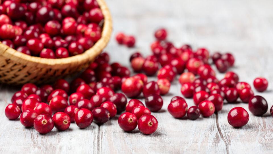 Cranberry Heilpflanzen - Cranberry-Produkte sind in Form von Saft, Sirup, Kapsel, Dragee oder als Granulat in der Apotheke erhältlich. - © Shutterstock