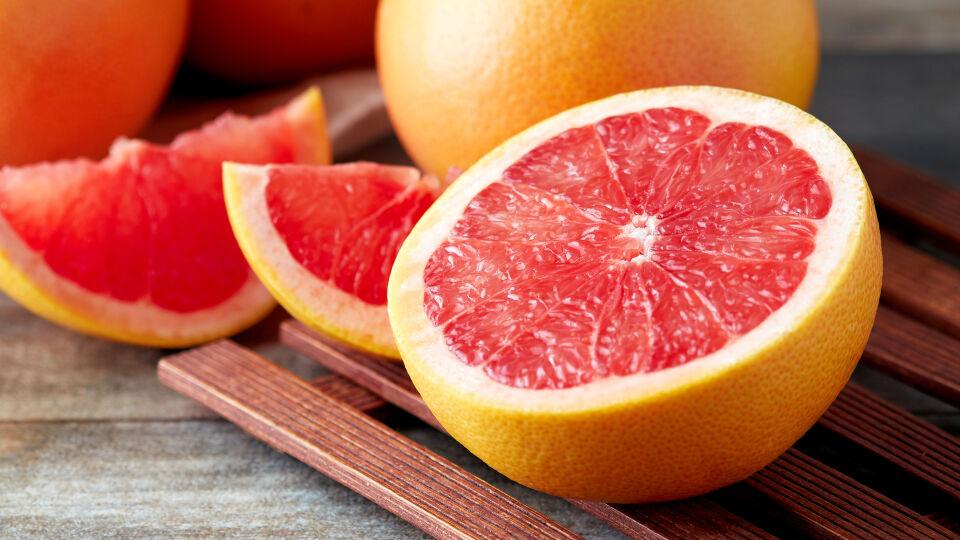 Grapefruit_Ernährung - Meiden Sie lieber auch die Grapefruit und Pomelo, wenn Sie Arzneimittel einnehmen. - © Shutterstock