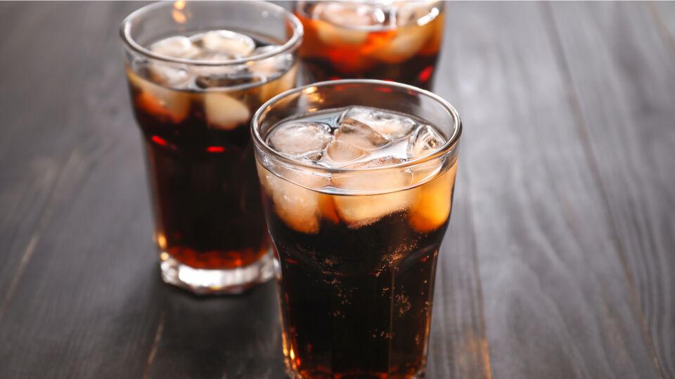 Cola Getränk - Nicht vergessen: Auch Cola enthält Koffein – und gar nicht wenig. - © Shutterstock