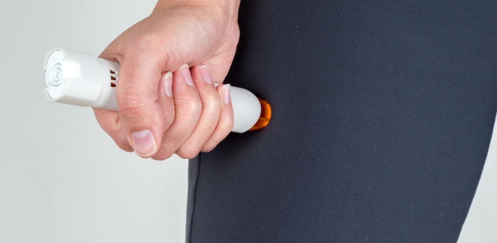 Allergie-Pen - Man drückt den Allergie-Pen in die Außenseite des Oberschenkels. - © Shutterstock