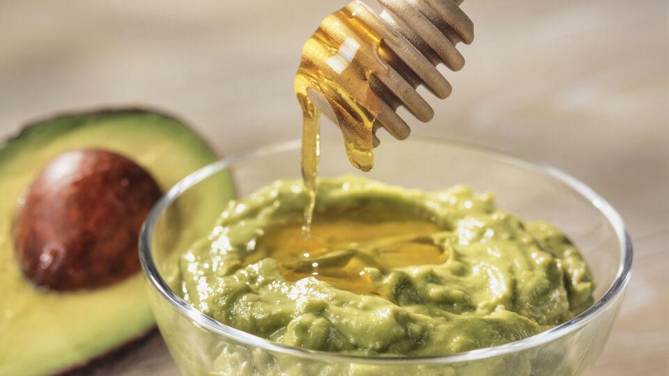 Avocado mit Honig Kosmetik - Für Gesichtsmasken können Sie sowohl festen als auch flüssigen Honig verwenden. - © Shutterstock