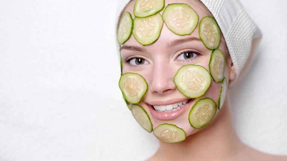 Gurkenmaske Kosmetik - Eine Gurkenmaske erfrischt außerdem das Gesicht. - © Shutterstock