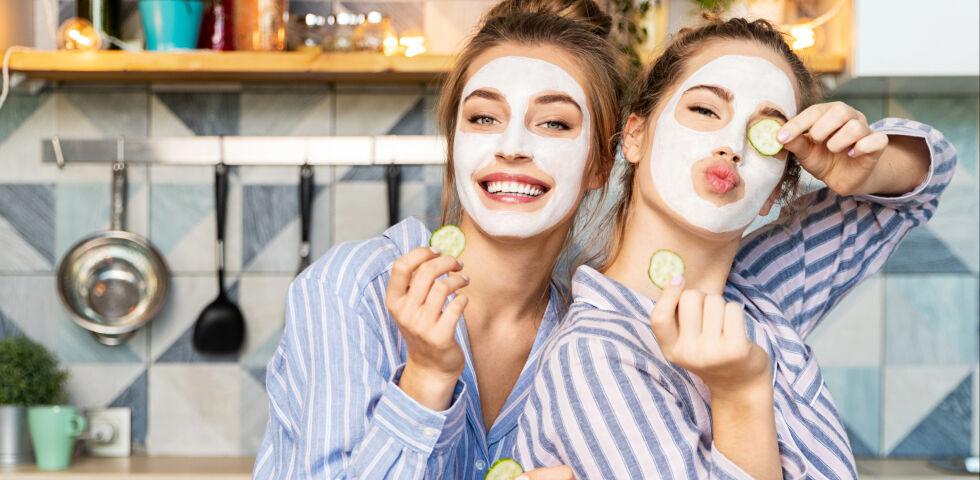 Gesichtsmaske Kosmetik - Gemeinsam mit einer Freundin macht das Beauty-Programm am meisten Spaß. - © Shutterstock