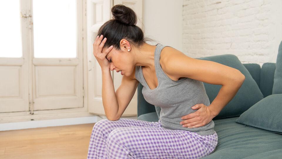 Frau Bauchschmerzen Magen - Bis zu 30 Prozent der Frauen im gebärfähigen Alter haben prämenstruelle Beschwerden. - © Shutterstock