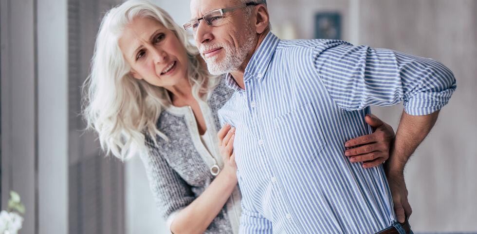 Mann Rücken Kreuz - Einer von fünf Österreichern hat Probleme mit der Wirbelsäule. - © Shutterstock