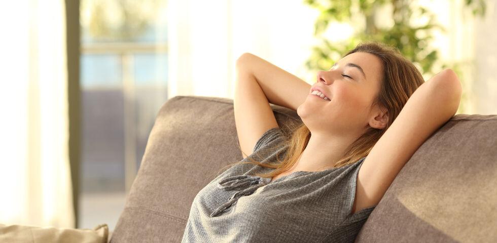 Frau Entspannt - Reichliches Lüften ist immer noch die beste Methode zur Sauerstoffanreicherung. - © Shutterstock