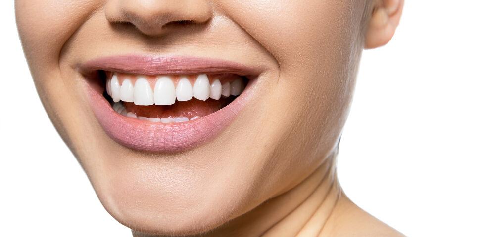Frau Zähne gesund - Etwa 99 Prozent unseres Kalziumvorrats befinden sich in den Zähnen und den Knochen. - © Shutterstock