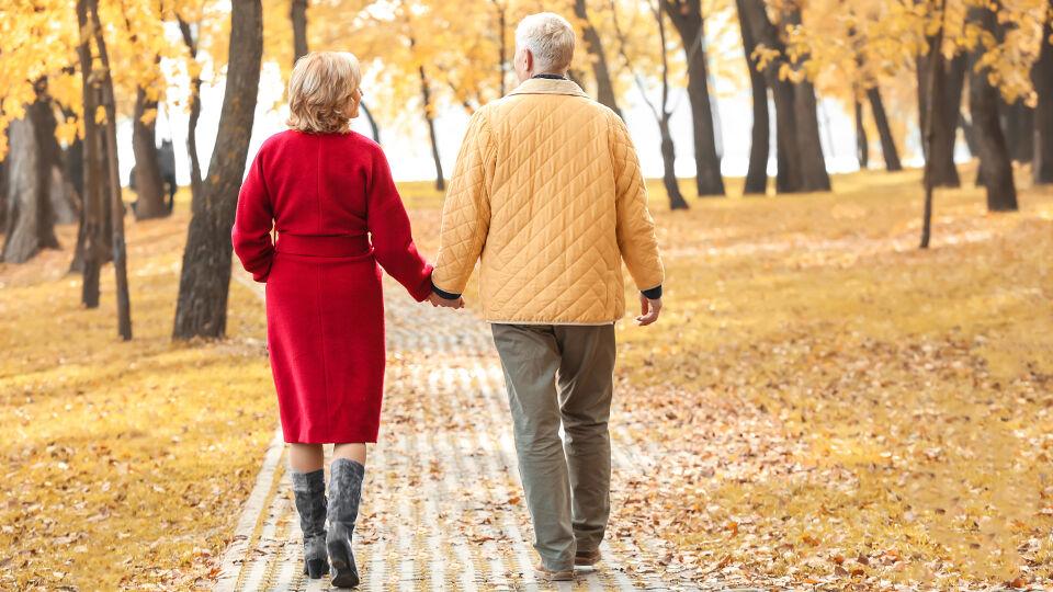 Senior Paar Bewegung Spaziergang Wald - Entspannte Bewegung ist bei einem Hexenschuss besser als strikte Bettruhe. Beim Spazierengehen wird der Rücken gleichzeitig gestärkt. - © Shutterstock