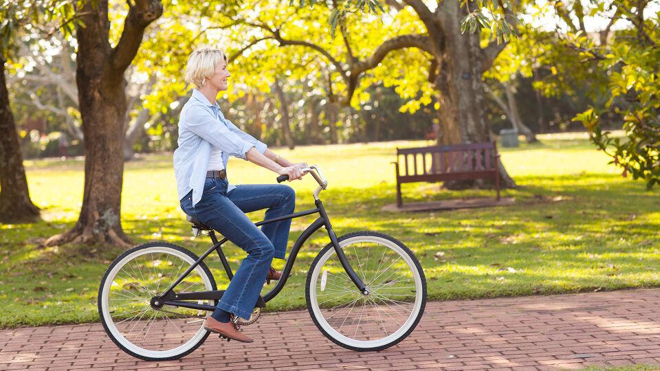 Frau Fahrrad - Geeignete, gelenkschonende Sportarten sind etwa Schwimmen, Wassergymnastik, Radfahren oder Walken. - © Shutterstock