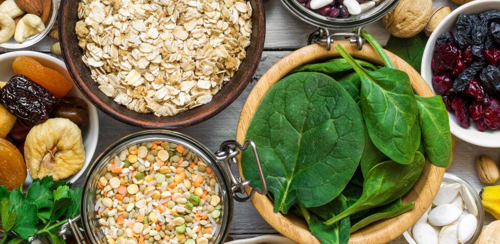 Mineralstoffe_Lebensmittel mit Magnesium und Kalium 2 - Die Mineralstoffe Kalium und Magnesium sind in vielen Lebensmitteln enthalten. Bei einem Nährstoff-Mangel sind geeignete Ergänzungsmittel in der Apotheke erhältlich. - © Shutterstock