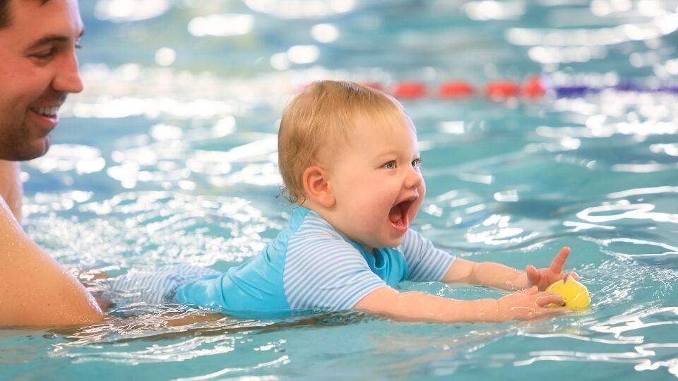 Babyschwimmen 2 - Babyschwimmen ist ein besonderes Erlebnis für die Eltern und Kinder. - © Shutterstock