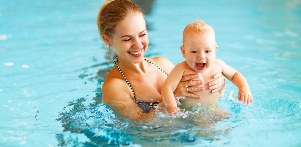 Babyschwimmen 5 - Babyschwimmen stärkt die Bindung zwischen Eltern und Kindern. - © Shutterstock