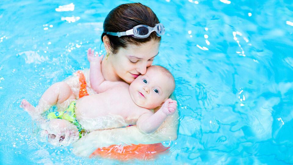 Babyschwimmen - Beim gemeinsamen Babyschwimmen können die Kleinsten Vertrauen zum Wasser aufbauen. - © Shutterstock
