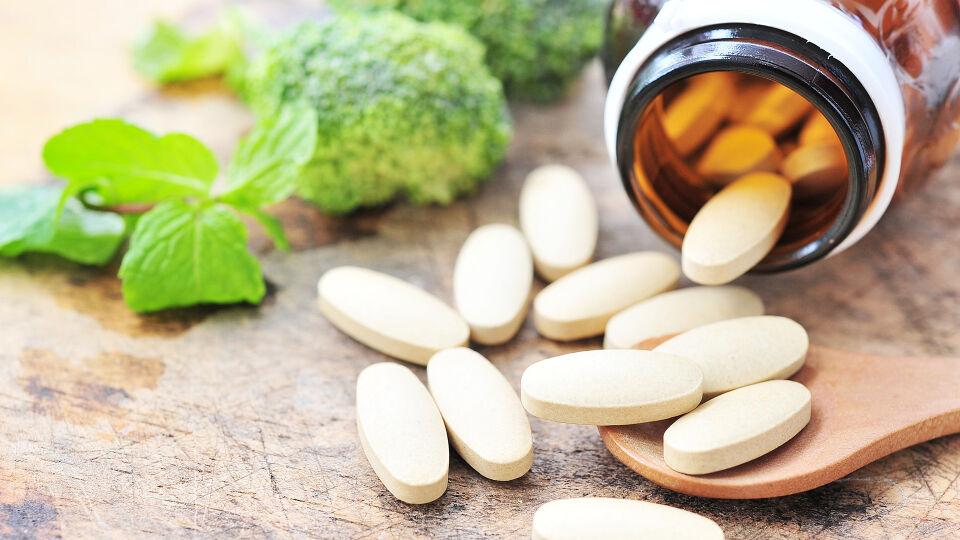 Nahrungsergänzung Vitamin C - Wenn wir uns nicht ausreichend Mikronährstoffe durch unsere Ernährung zuführen können, bieten Nahrungsergänzungsmittel eine Alternative. - © Shutterstock