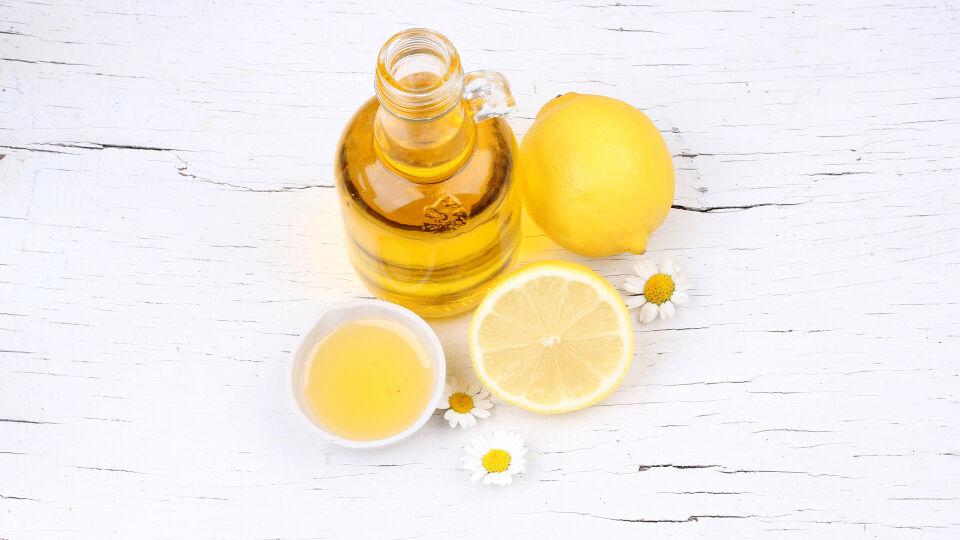 Kosmetik Zitronen und Olivenöl - DIY-Haarkuren liegen voll im Trend. - © Shutterstock