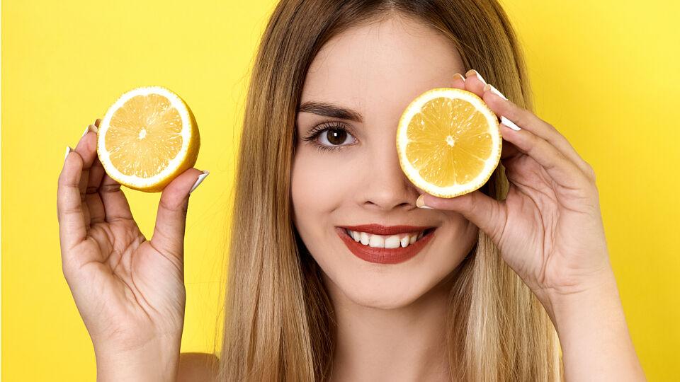 Kosmetik Zitronen Haarkur - Zitronensaft sorgt für glänzendes Haar. - © Shutterstock