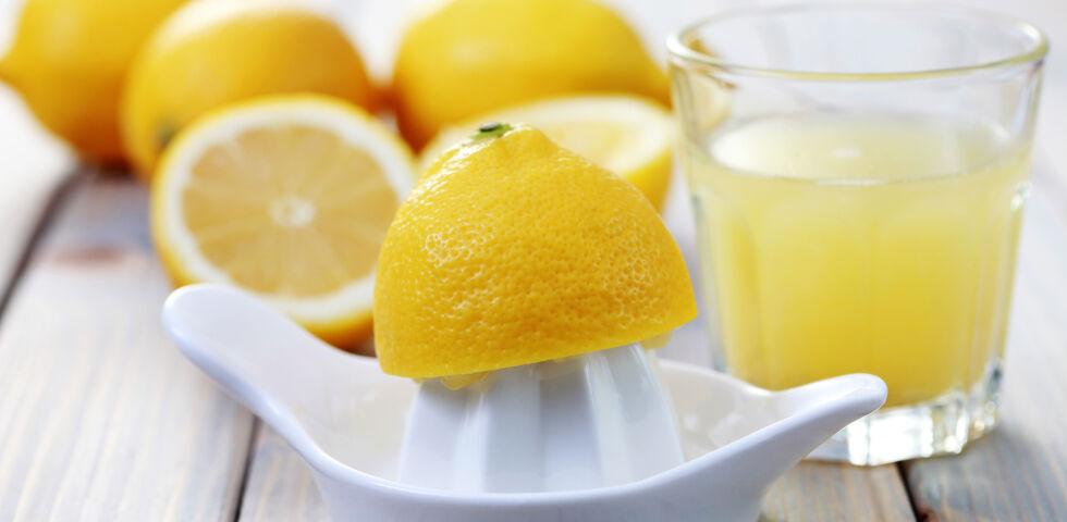 Zitronen - Zitronensaft wird oft und gerne zur Haarpflege eingesetzt. - © Shutterstock