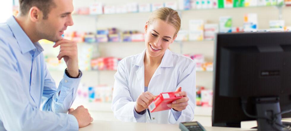 Apotheke - Die Apotheker versorgen Sie nicht nur mit Arzneimitteln, sondern stehen Ihnen auch beratend zur Seite. - © Shutterstock